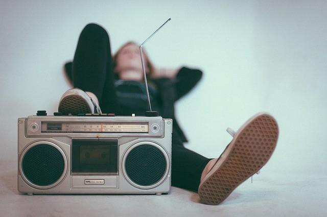 Jugendlicher mit Radio-Gerät